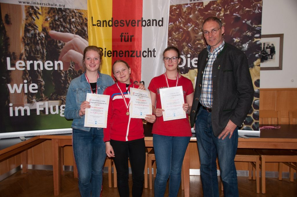 Das Team für Salzburg: Christina Eissner(17), Leonie Fötschl(12) Karoline Eissner(15), mit Betreuer Leonhard Gruber.