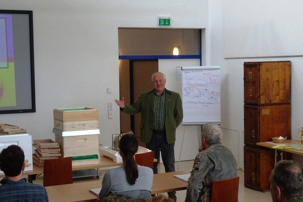 IM Matthias Fink im Lehrsaal Imkerhof